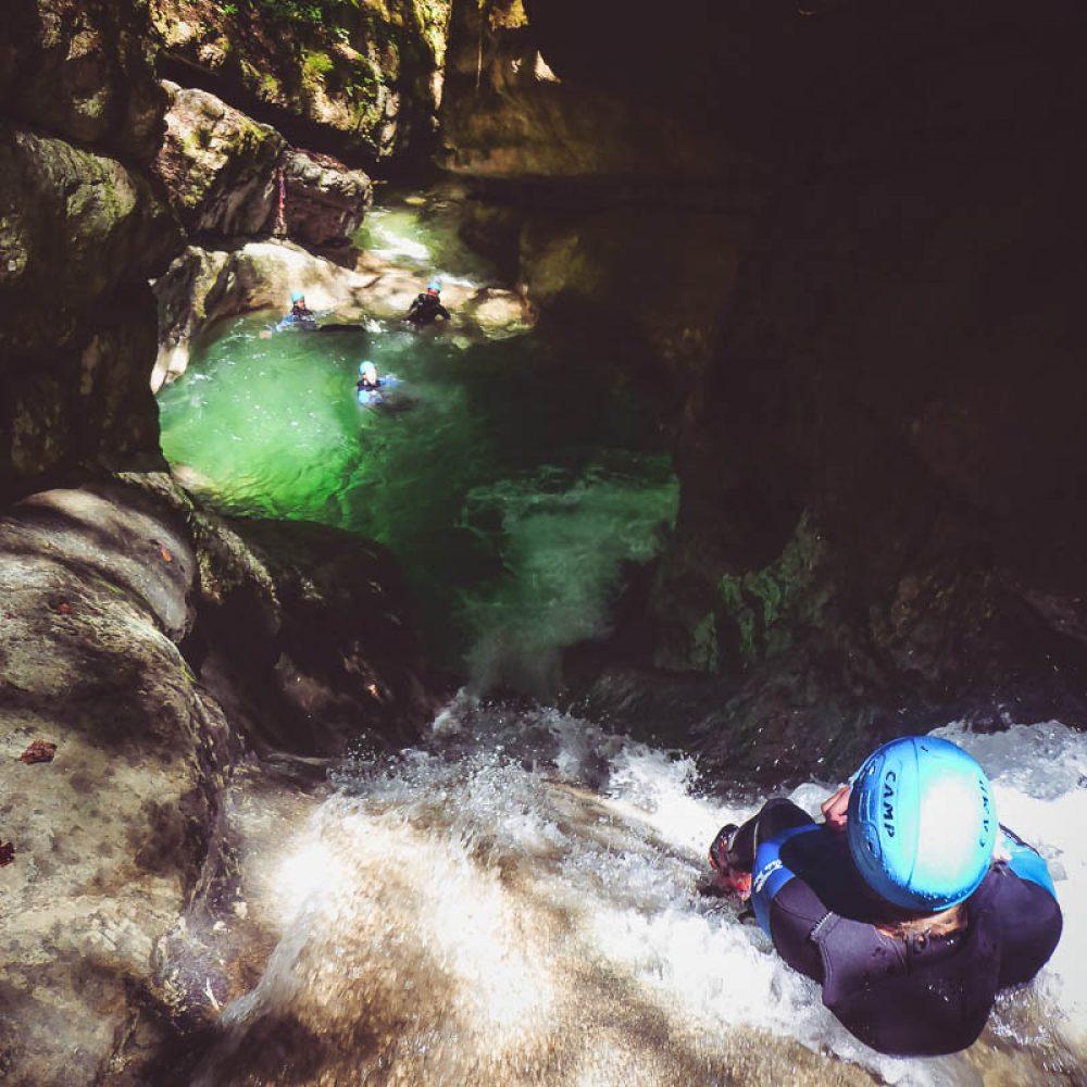 Glisse dans un tobogan naturel (canyoning)