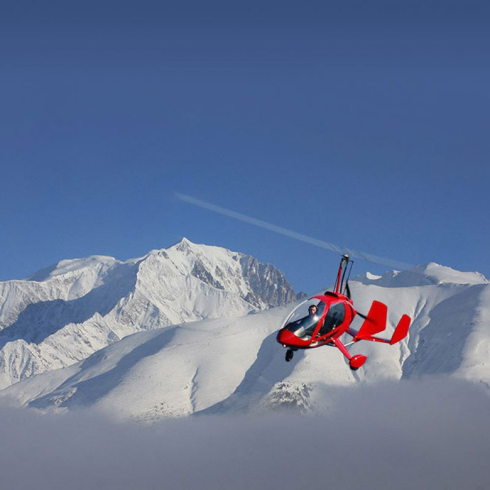 gyrocoptère survol une montagne