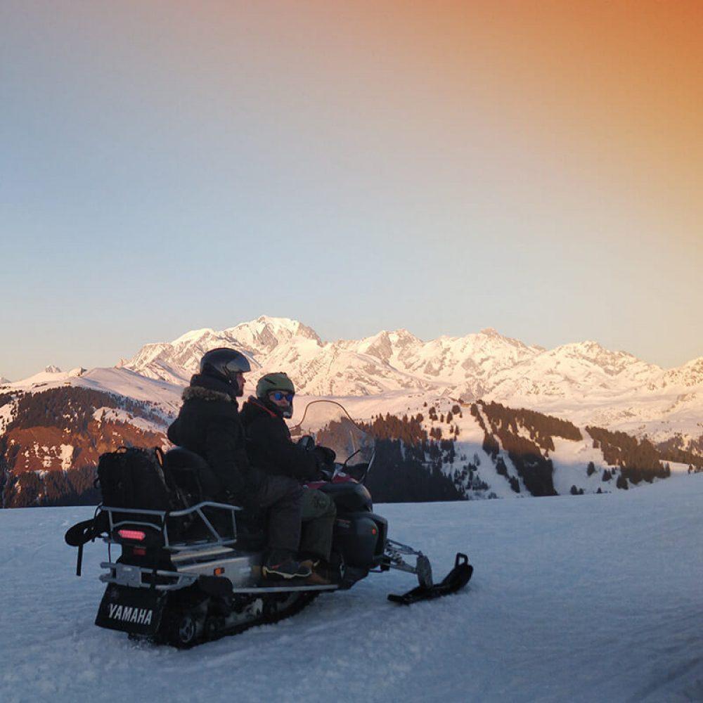 Motoneige sur piste de ski