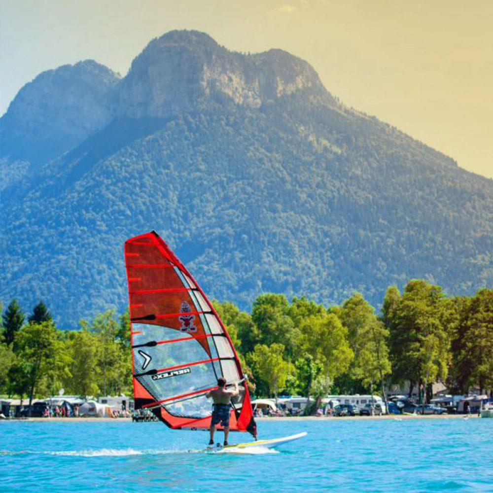 Planche à voile sur le lac d'Annecy