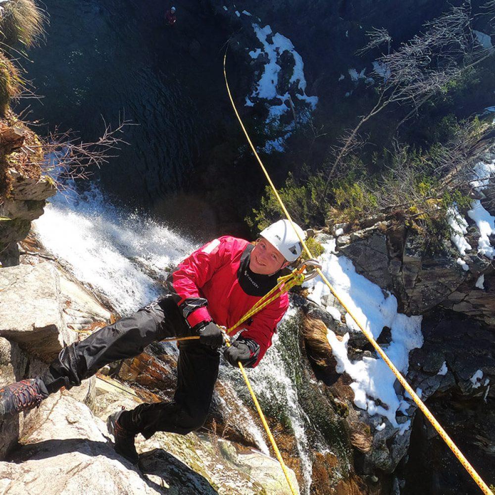 Descente en rappel dans un canyon en hiver à Annecy