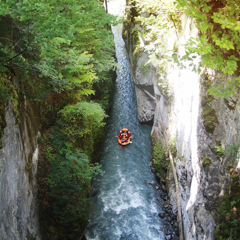 Rafting entre deux falaises