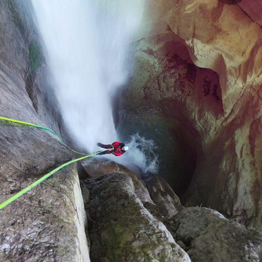 Descente en rappel le long d'une cascade de 60 mètres