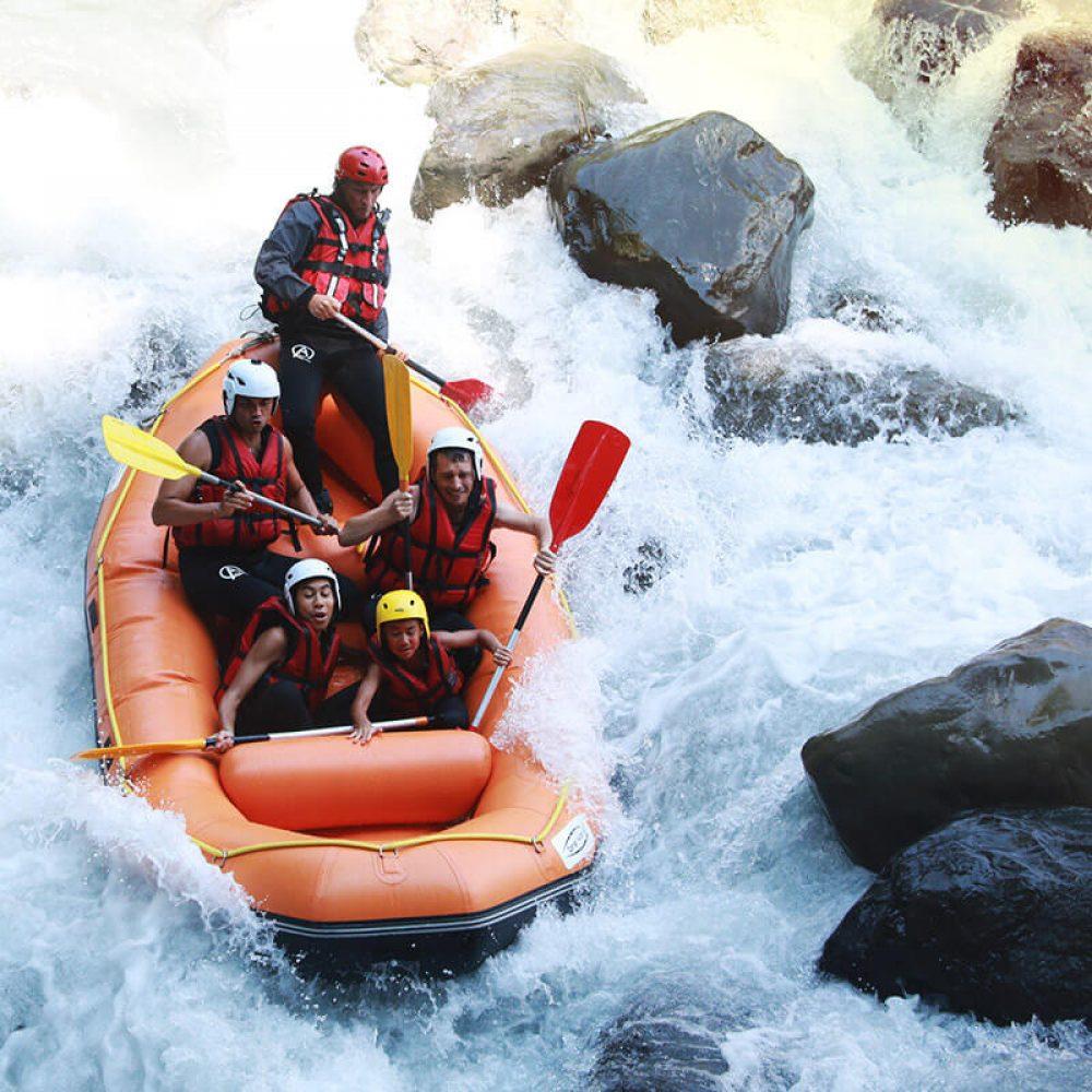 Passage d'un rapide en rafting
