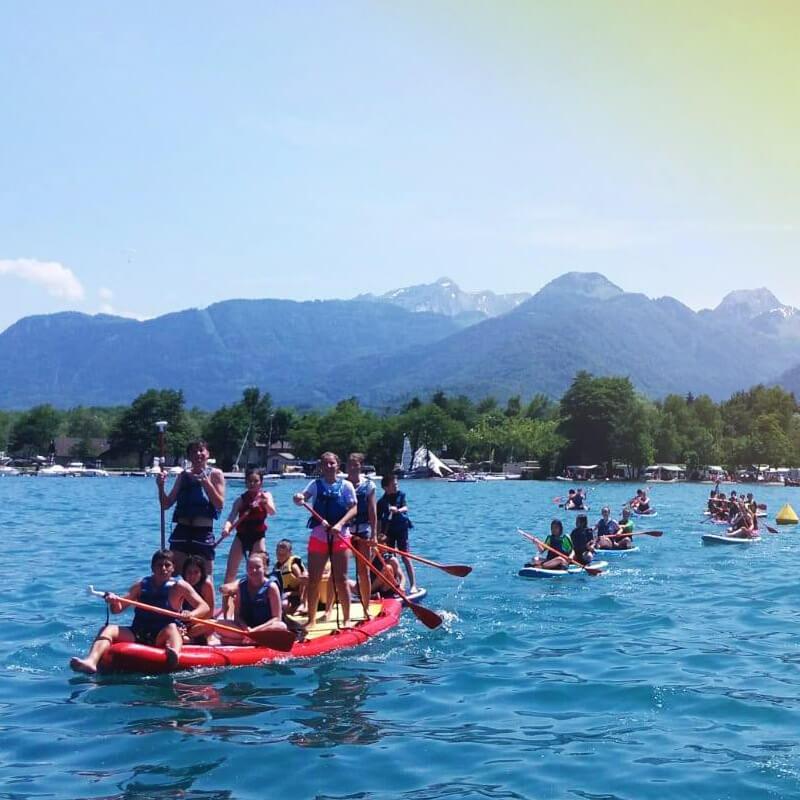 enfants sur un paddle géant