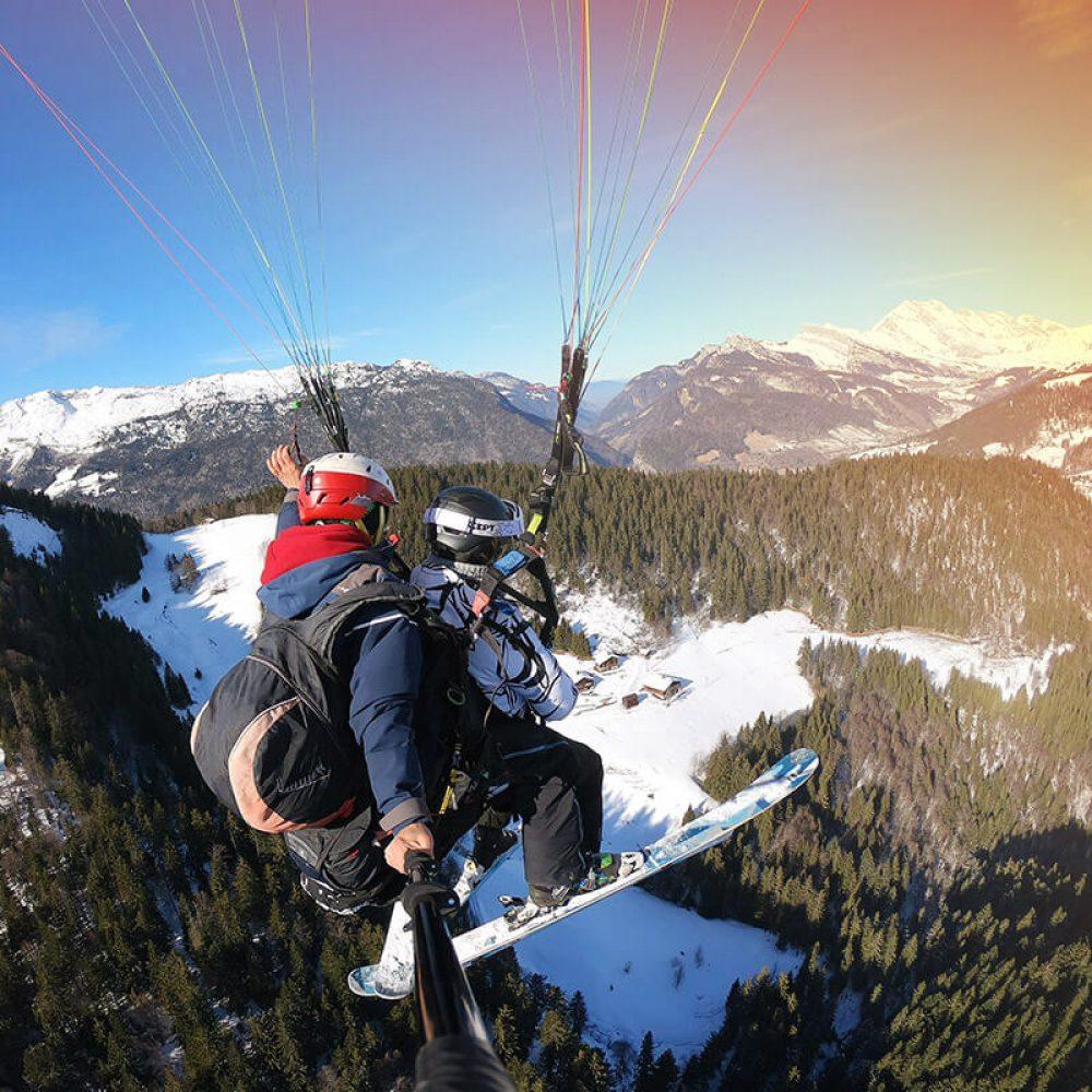 Parapente à ski au dessus des pistes de ski